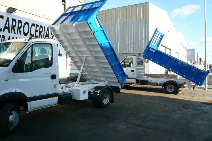 Dos camiones idénticos con caja abierta basculante