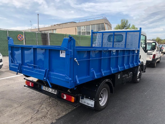 camión con carrocería de caja abierta y fija