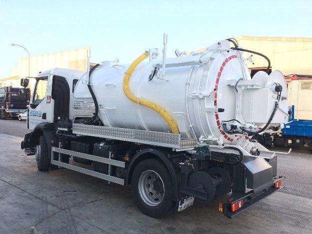 Camión con cuba metálica preparado para la absorción de lodos