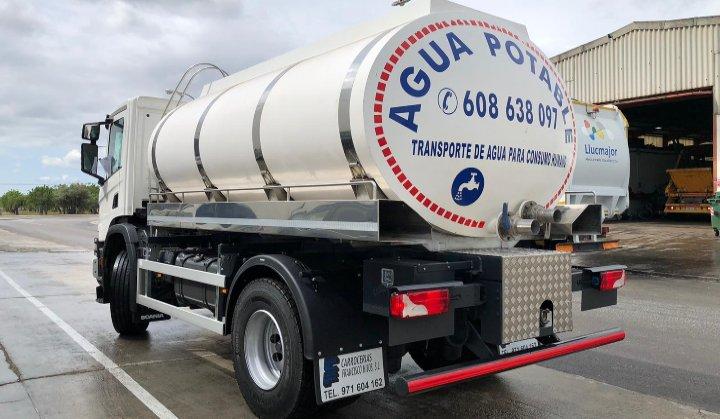 Camión carrocería tipo cisterna para agua