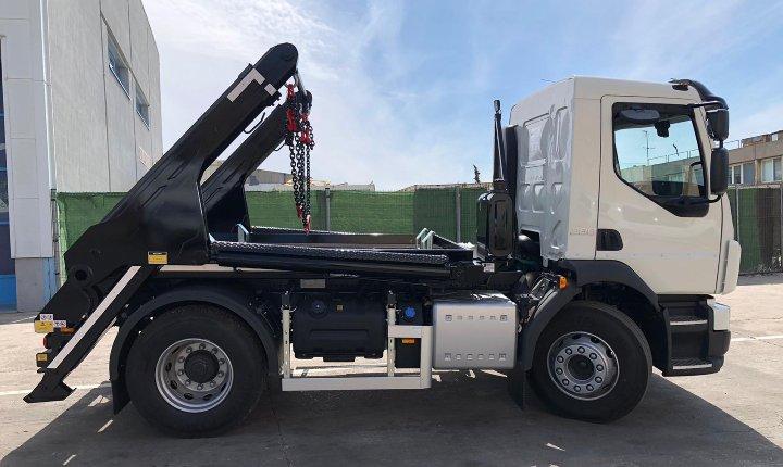 Camión ligero con equipo portacontenedores