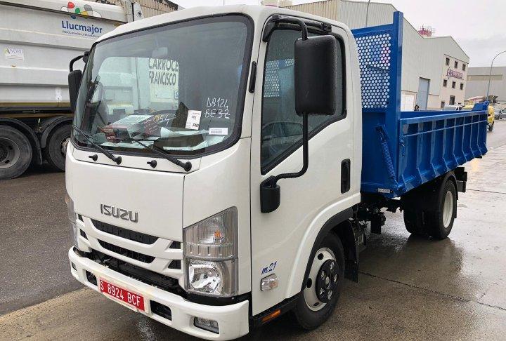 Camión ligero Isuzu M21 con caja abierta basculante